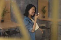 Вагітна підприємець говорити на мобільний телефон в офісі — стокове фото