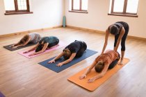 Mulher assistente de treinador feminino na ioga exercitar-se no clube de fitness — Fotografia de Stock