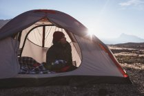 Вдумчивый человек отдохнуть в палатке в Солнечный день — стоковое фото
