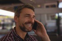 Усміхнений чоловік, що говорив на мобільному телефоні — стокове фото
