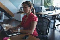 Geschäftsfrau, die Arbeiten am Laptop am Schreibtisch im Büro — Stockfoto