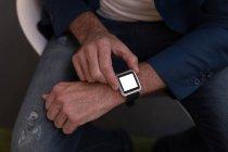 Abgeschnittenes Bild von Geschäftsmann mit Smartwatch im Büro — Stockfoto