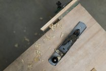 Hobel mit Holzstück auf einen Tisch im workshop — Stockfoto