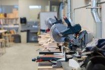 Máquina de corte do moedor e pedaços de madeira na oficina — Fotografia de Stock