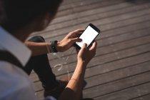 Бізнесмен, що використання мобільного телефону в офісних приміщеннях сонячний день — стокове фото