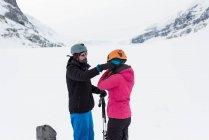 Пара шлеме на заснеженные горы в зимнее время — стоковое фото