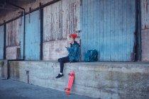 Frau mit Handy in der Nähe von Fußweg in die Stadt — Stockfoto