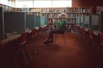 Junge Frau benutzt Virtual-Reality-Headset in Bibliothek — Stockfoto