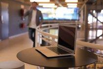 Крупним планом подання переносного чорний екран на столі в офісі — стокове фото
