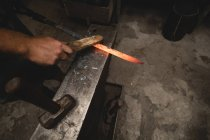 Вироби ковальські вивчення розпеченого металу стрижня в майстерні — стокове фото