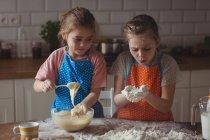 Подготовка кекс на кухне дома братьев и сестер — стоковое фото
