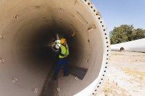 Trabajador masculino examinando un túnel de hormigón en la estación solar - foto de stock