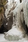 Montagna rocciosa ghiaccio durante l'inverno — Foto stock