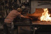 Вироби ковальські опалення металевим стрижнем пожежі при семінар — стокове фото