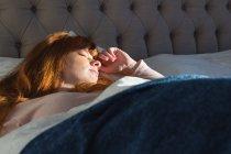 Жінка, що спить у спальні будинку — стокове фото
