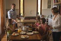 Семья обедает на кухне дома — стоковое фото