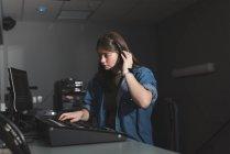 Jeune femme enregistreuse sonore travaillant dans le théâtre — Photo de stock