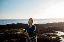 Porträt der Frau im Schal stehen am Strand — Stockfoto