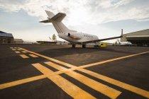 Частный реактивный самолет с тележкой на терминале в Солнечный день — стоковое фото