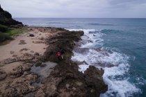 Туристический, ходьбе на скалистом побережье, рядом с морем — стоковое фото