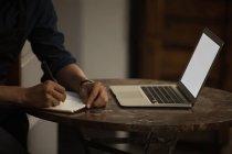 Закри бізнесмен писати щоденник в кафе — стокове фото