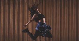 Молода жінка танцівниці танців у студії танцю — стокове фото