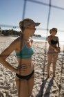 Jugadores de voleibol femenino joven de pie en la playa - foto de stock