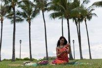 Schöne Frau bereitet Liegegirlanden im Garten vor — Stockfoto