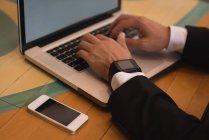 Gros plan d'homme d'affaires à l'aide de portable au café-restaurant — Photo de stock