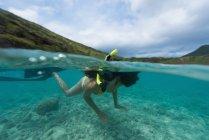Frau an einem sonnigen Tag unter Wasser Schnorcheln — Stockfoto
