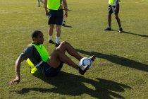 Giocatore di calcio pratica con una palla sul campo — Foto stock