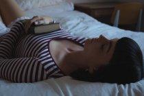 Молода жінка, що спить у спальні будинку — стокове фото
