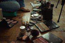 Низький розділ жіноче відео blogger з складають аксесуари в домашніх умовах — стокове фото
