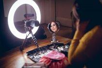 Video-Loggerin schminkt sich zu Hause — Stockfoto