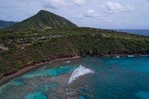 Veduta aerea di mare e montagna — Foto stock