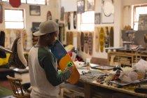 Mann macht Skateboard Workshop — Stockfoto