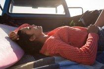 Молодая женщина, спать в пикап на пляже — стоковое фото