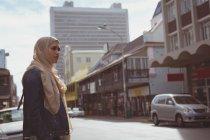 Hijab hermosa mujer de pie en la calle - foto de stock
