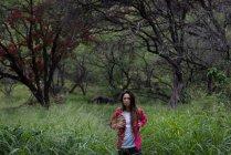 Jovem Caminhando no campo — Fotografia de Stock