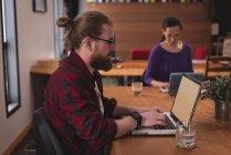 Чоловічий виконавчий, використовуючи ноутбук на столі в офісі — стокове фото