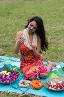 Schöne Frau bereitet Lei Girlanden im Garten vor — Stockfoto