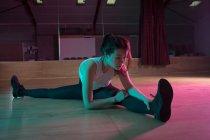 Молода жінка танцюрист вправи в студії танцю — стокове фото