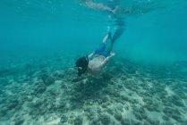 Homem natação subaquática no mar turquesa — Fotografia de Stock