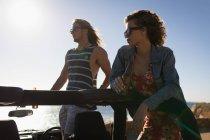 Coppia in piedi insieme nella jeep in una giornata di sole — Foto stock