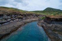 Vista di alto angolo del bellissimo mare e montagne — Foto stock