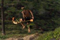 Чоловічий вогонь танцюрист виступати з вогнем Леві палички на пляжі — стокове фото