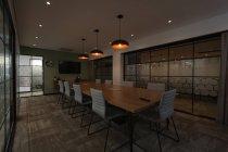 Table vide et chaises dans la salle de conférence au bureau — Photo de stock