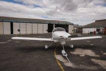 Білий літаків, припарковані на аеродром — стокове фото