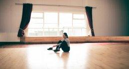 Junge Tänzerin, die Schuhe im Tanzstudio — Stockfoto
