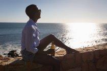 Женщина отдыхает на пляже в солнечный день — стоковое фото